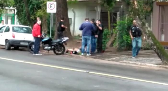 Troca de tiros com policiais federais termina em prisão em Porto Alegre Dupla era monitorada pela PF e circulava entre a agência da Caixa Econômica Federal (CEF) e uma farmácia na Avenida José de Alencar.