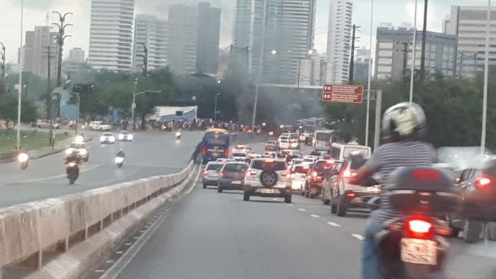 Protesto bloqueia ponte e causa engarrafamento no Centro do Recife