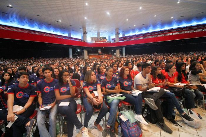 Professores recebem homenagens e carinho dos estudantes no Aulão do Projeto Educação Revisão para o Enem com professores do projeto da TV Globo acontece no Classic Hall, em Olinda. Ao todo, 5 mil alunos de 242 escolas participam.