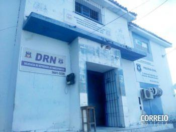 Menor é detida ao tentar entregar drogas para preso em delegacia de Delmiro Gouveia- AL  O entorpecente seria entregue a um detento que cumpre pena na unidade e foi descoberto durante revista no local.
