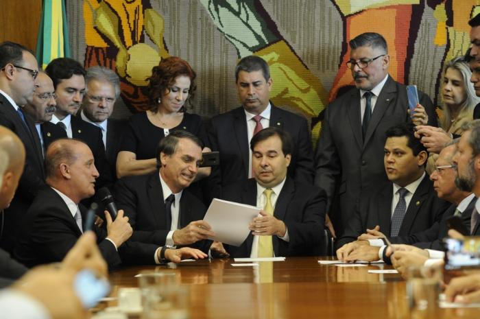 Proposta para Previdência Social prevê mudança na idade mínima e abrange setores público e privado Reforma foi entregue nesta quarta-feira pelo presidente Bolsonaro ao presidente da Câ