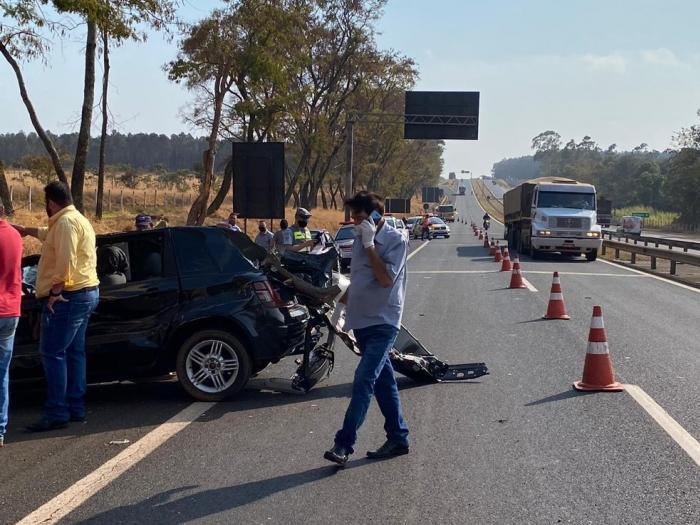 Homem morre e 3 pessoas ficam feridas em acidente na Rodovia Cândido Portinari em Batatais, SP Vítimas estavam em carro que atingiu a traseira de um caminhão na manhã desta quinta-feira (20). Uma mulher foi atendida em estado grave.