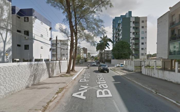 Poda de árvore interdita rua na Zona Oeste do Recife e altera itinerário de ônibus Interdição da Rua Professor Chaves Batista, no trecho compreendido entre a Rua Emiliano Braga e a Av. Caxangá, acontece das 9h às 12h. Itinerário de sete linhas de ônibus é