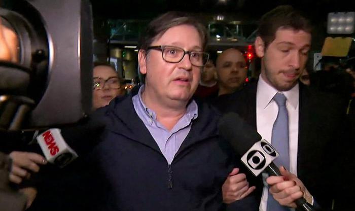 Rocha Loures entrega mala de R$ 500 mil na sede da PF em São Paulo Deputado afastado é apontado como intermediário de Temer para assuntos do grupo J&F.