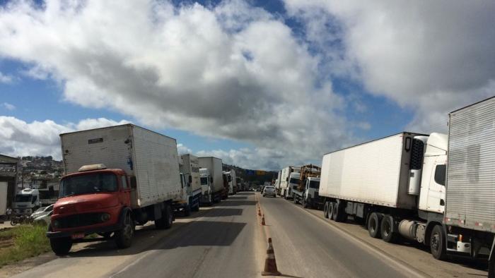 Caminhoneiros realizam protesto em rodovias federais do Agreste e Sertão de PE PRF registrou bloqueios na BR-423, em Garanhuns, e BR-316, em Floresta.