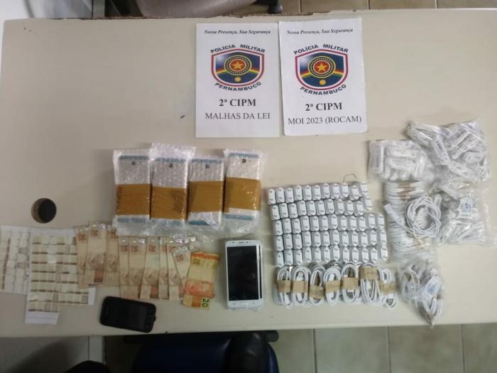 Três homens são presos em flagrante por contrabando de celulares em Cabrobó, PE Foram apreendidos 45 aparelhos celulares falsificados, 58 carregadores de celular falsificados e outros materiais.